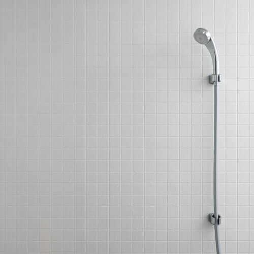banyo duvarına asılmış duş başlığı