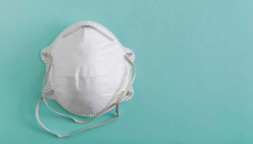 Filtre ile koruma sağlayan bir tıbbi maske.