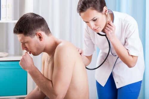 hastasının sırtını dinleyen doktor kadın