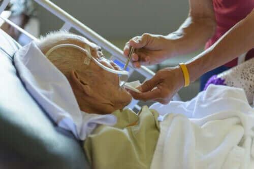 Hastaneye yatırılmış yaşlı bir adam.