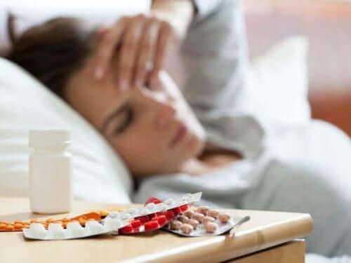 ilaçlar uzanan kadın doktorlar
