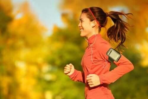 Koşu yapan bir kadın.