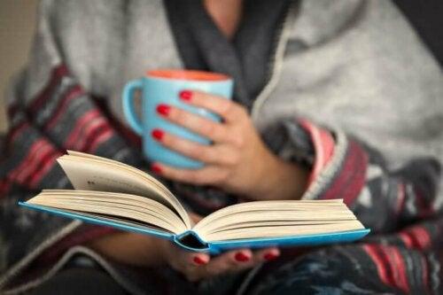 Kahve içip kitap okuyan kadın