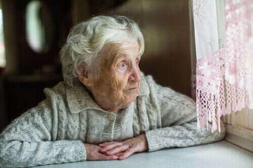camdan bakan yaşlı kadın