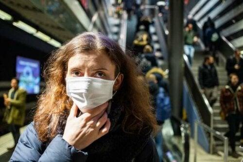 halka açık alanda koronavirüsten korunmak için maske takan kadın
