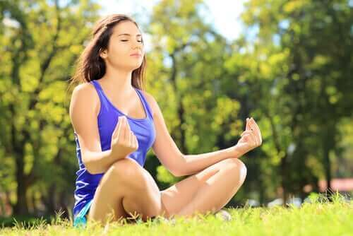 meditasyon yapan kadın çimler