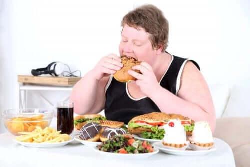 obezite sorunu yaşayan bir kişi yemek yiyor