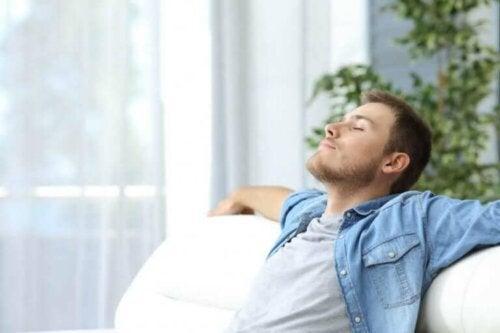 Rahatlama teknikleri uygulayan bir adam.