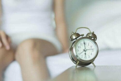 Çalar saat ile uyanan bir kadın.