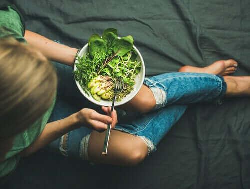 avokadolu salata yiyen kadın