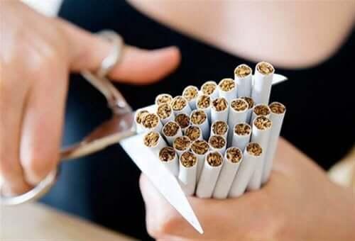sigara demetini makasla kesen kadın