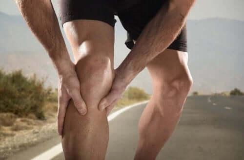 Spor yaparken bacağına kramp giren adam