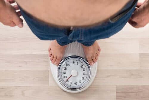 tartılan obeziteli kişi ve ayarlanabilir mide kelepçesi