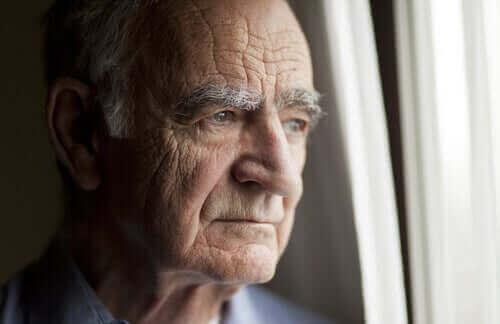 karantina sırasında camdan bakan yaşlı adam