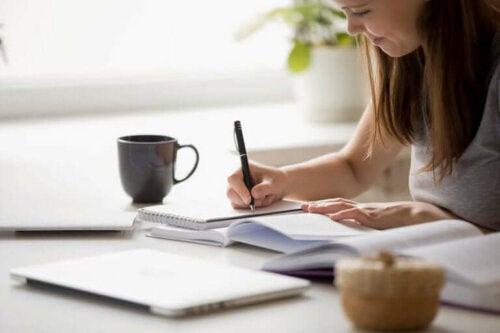masada oturmuş, yazı yazarak işini yapan kadın