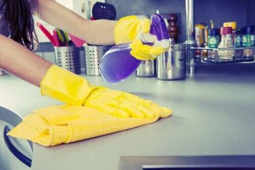 mutfak tezgahını dezenfekte eden kadın