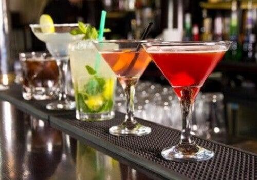 Bir barın üzerine sıralanmış alkolik içecekler.