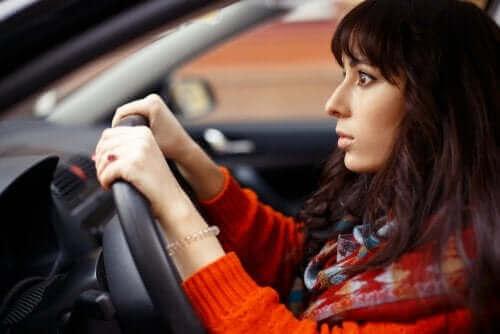 Araba kullanan bir kadın.