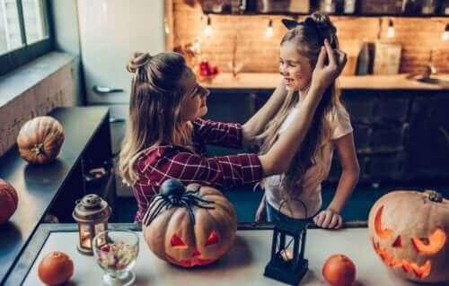 Beraber Cadılar Bayramını kutlayan bir anne ve kızı.