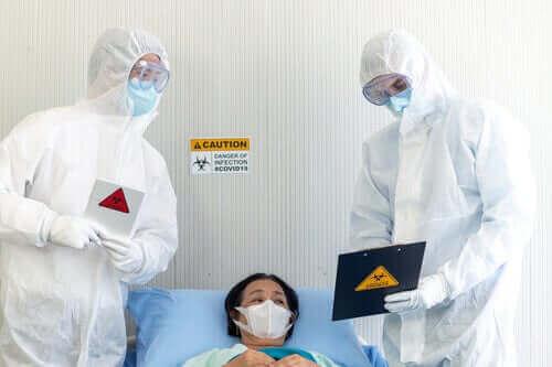 COVID-19 kapmış bir hasta ile ilgilenen doktorlar.