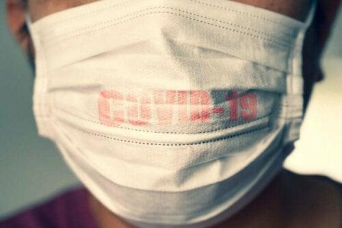COVID-19 salgını dolayısıyla maske takan bir kişi.