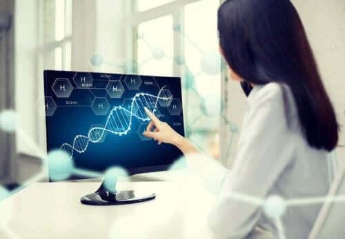 bilgisayarda dna görseli gösteren kadın