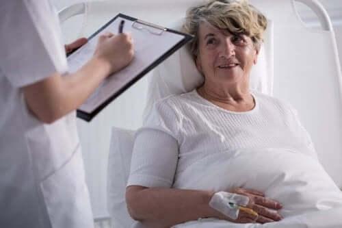 Palyatif bakım alan bir hastası ile konuşan doktor.