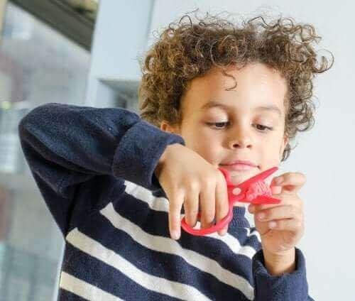 El işi aktiviteleri yapan bir çocuk.