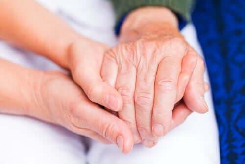 Birbirlerinin ellerini tutan iki kişi.