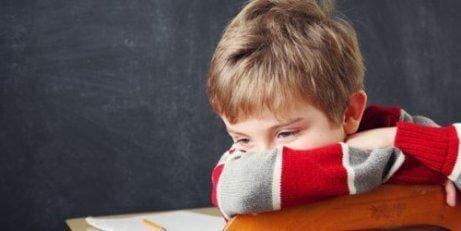 Endişeli bir şekilde düşünmekte olan üzgün çocuk