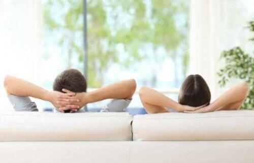 koltuklarında rahat rahat oturan çift