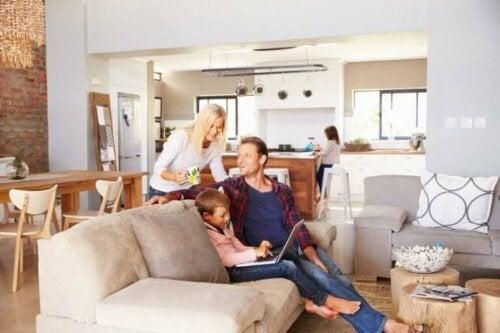 evde mutlu ve huzurlu vakit geçiren küçük aile