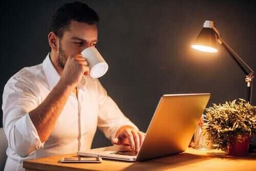 Akşam saatlerinde evden çalışan bir adam.