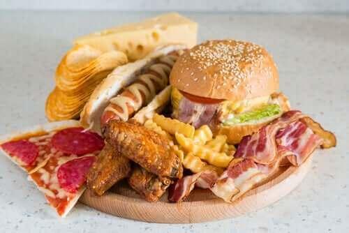 hamburger, sosisli, patates kızartması vs olan fast food tabağı