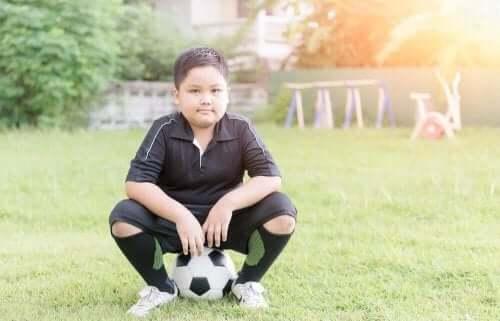 Futbol oynayan bir oğlan çocuğu.