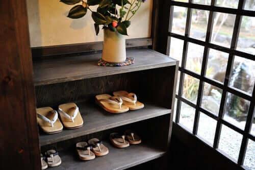 Giriş holü ve burada bulunan bir ayakkabılık.