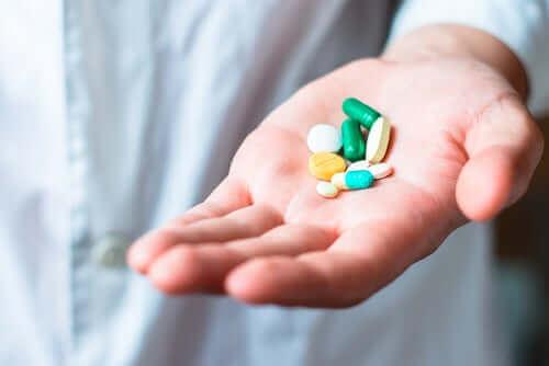 bir kişinin avucunda ilaçlar