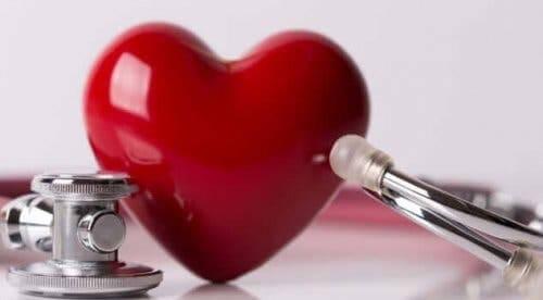 Etrafında stetoskop olan bir kalp.