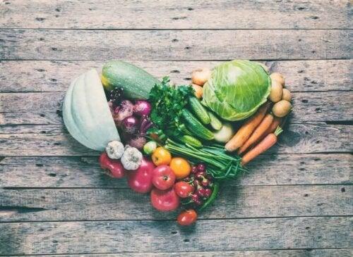 sağlıklı meyve ve sebzelerden yapılmış kalp