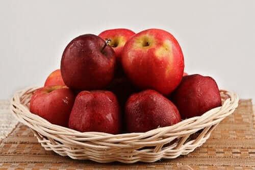 Bir kase kırmızı elma.