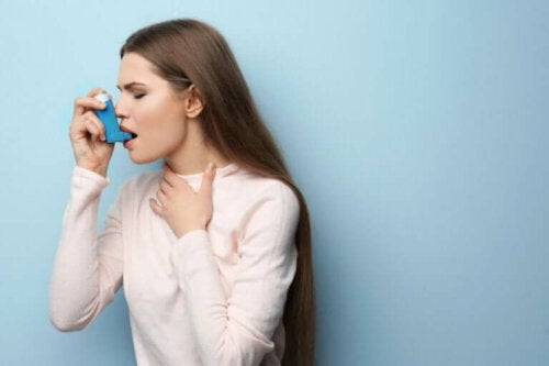 astım spreyi kullanan KOAH hastası kadın