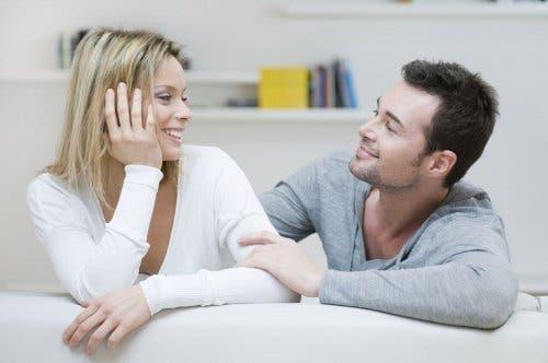 koltuk birbirine sevgi dolu bakan çift