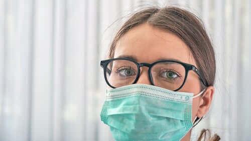 koronavirüs nedeniyle maske takan gözlüklü kadın