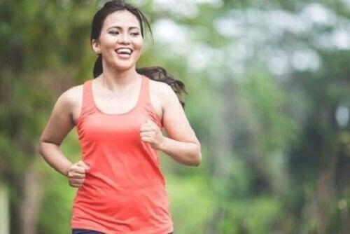 Gülerek koşu yapan bir kadın.