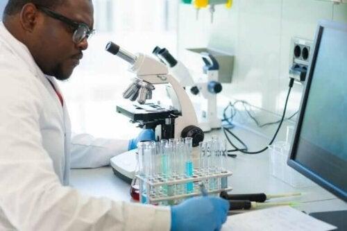 laboratuvarda test sonuçlarını belgeleyen araştırmacı