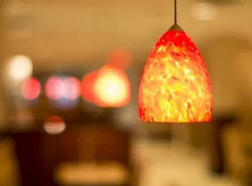Turuncu bir lamba.