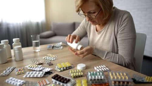 masa dolusu ilaçla kendi kendine iyileşmeye çalışan kadın