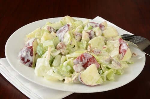 Mayonezli Waldorf salatası.