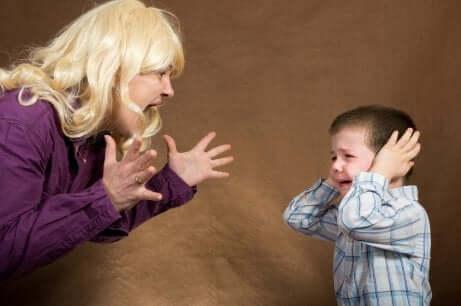 Oğluna bağıran bir anne