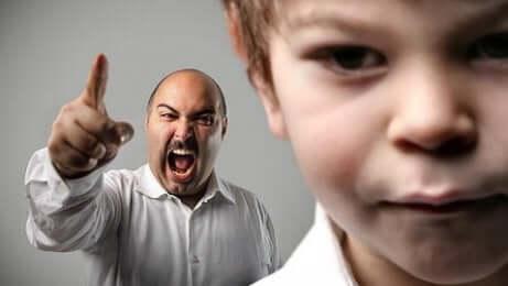 Oğluna bağıran bir baba